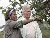 """Der ehemalige Schauspieler Karlheinz Böhm, der seit 28 Jahren die Äthiopienhilfe """"Menschen für Menschen"""" leitet, und seien Ehefrau Almazs besichtigen das Wiederaufforstung-Projekt """"Sheikh Abdi Erosionsgraben"""" in Äthiopien (Aufnahme 2006 aus dem."""