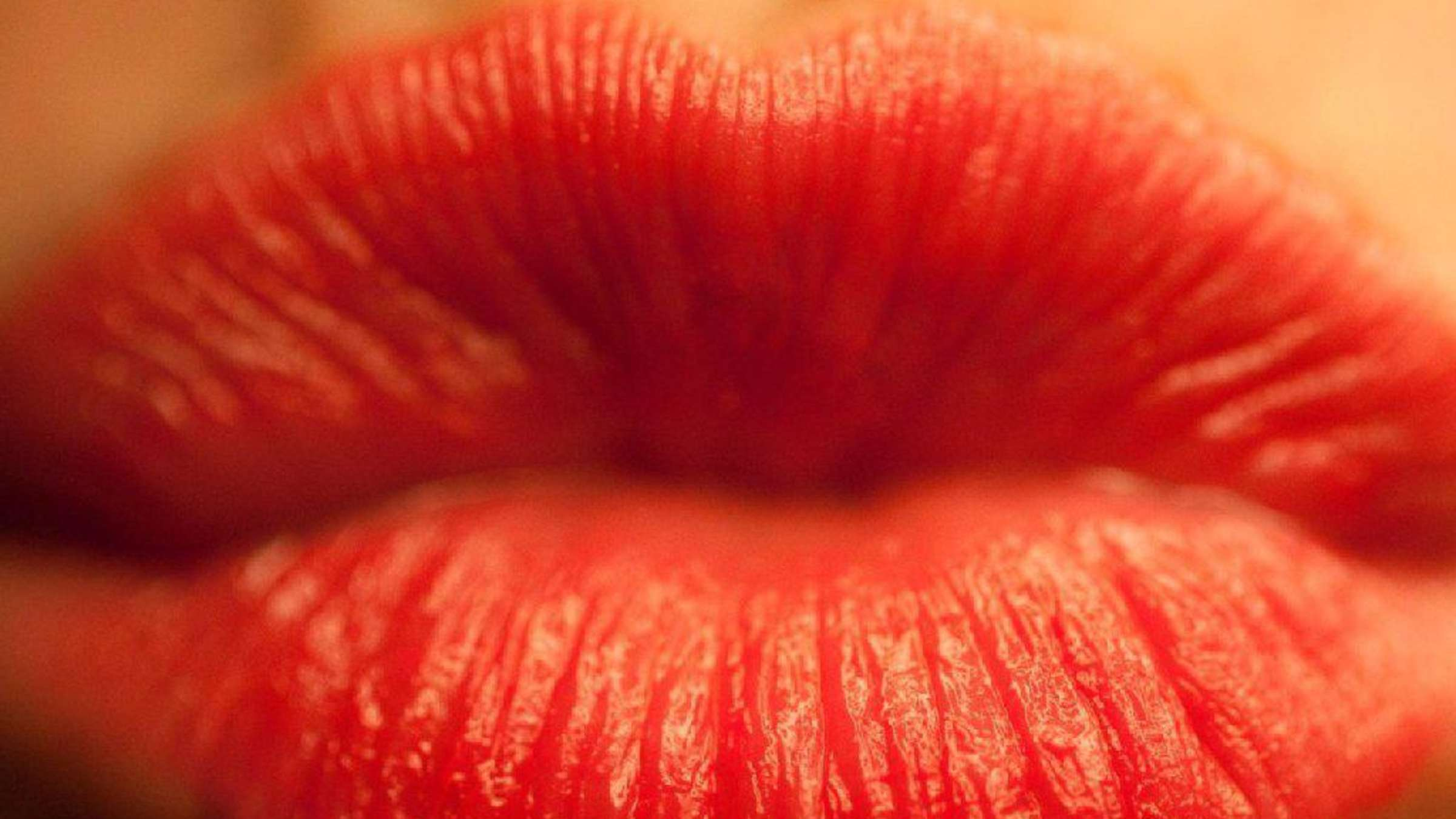 Mann küsst frau am ohr