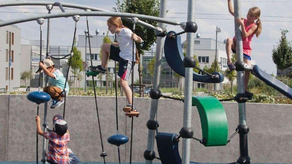Klettergerüst Training : Kinder klettern klettergerüst beim hindernis parcours training im