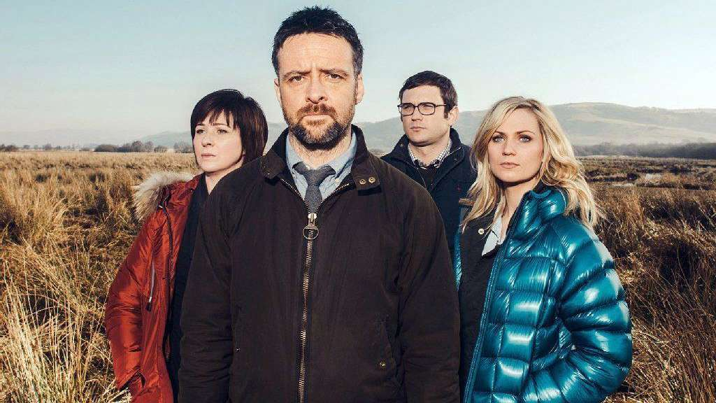 Ein starkes Team: Chief Inspector Tom Mathias (Richard Harrington, vorne) mit seinen Ermittlern Constable Lloyd Ellis (Alex Harries, 2. v. re.), der temperamentvollen Siân Owens (Hannah Daniel, re.) und der scharfsinnigen Inspektorin Mard Rhys (Mali Harries, li.).