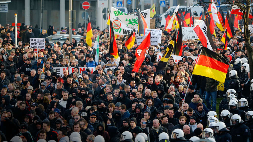 Supporters of anti-immigration right-wing movement PEGIDA (Patriotic Europeans Against the Islamisation of the West) take part in in demonstration march, in reaction to mass assaults on women on New Year&#39s Eve, in Cologne, Germany, January 9, 2016. REUTERS/Wolfgang Rattay - RTX21N4R