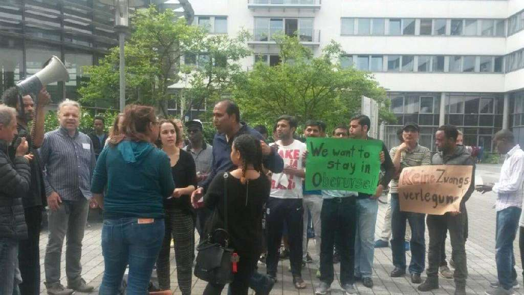 """We want to stay in Oberursel"": Protest am Landratsamt in Bad Homburg."