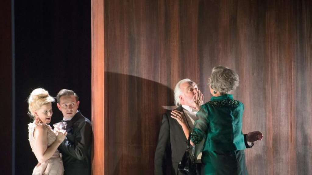 "Sally Matthews (Silvia), Iestyn Davies (Fransicso), John Tomlinson (Doctor), Anne Sofie von Otter (Leonora) in der Oper ""The Exterminating Angel"" in Salzburg. Foto: Monika Rittershaus/Salzburger Festspiele"