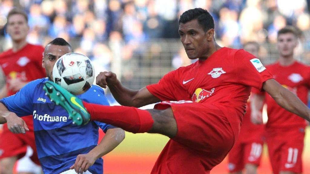 Leipzigs Marvin Compper (re.) ist vor Aenis Ben-Hatira (D98) am Ball.