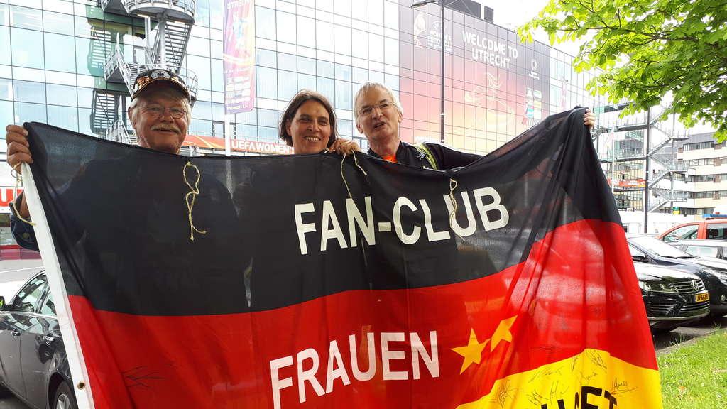 Flagge Fur Den Frauenfussball Zeigen Fussball