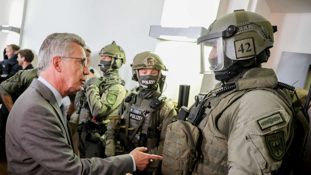 Innenminister de Maizière in der neuen Bundespolizeidirektion.