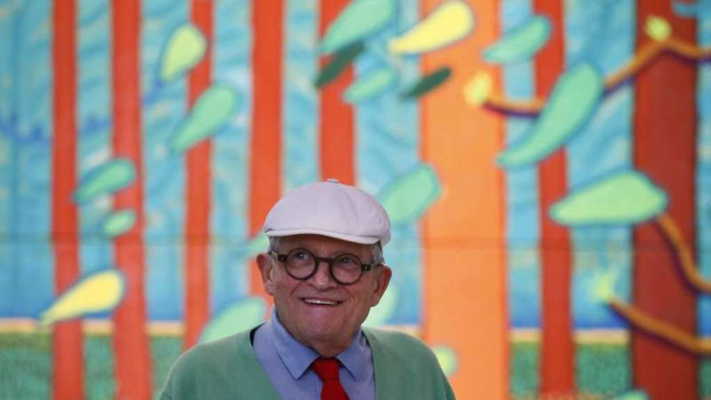 "David Hockney im Centre Pompidou vor seiner Arbeit ""The Arrival of spring in Woldgate, East Yorkshire in 2011"". Foto: Francois Mori"