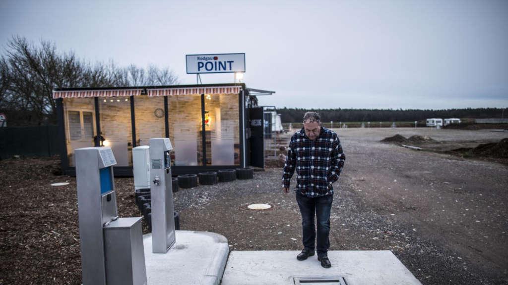 9bfa4efd4e34c8 Helmut Blumenberg an der Ver- und Entsorgungsstation zum Auffüllen von  Frischwasser und Leeren der mobilen