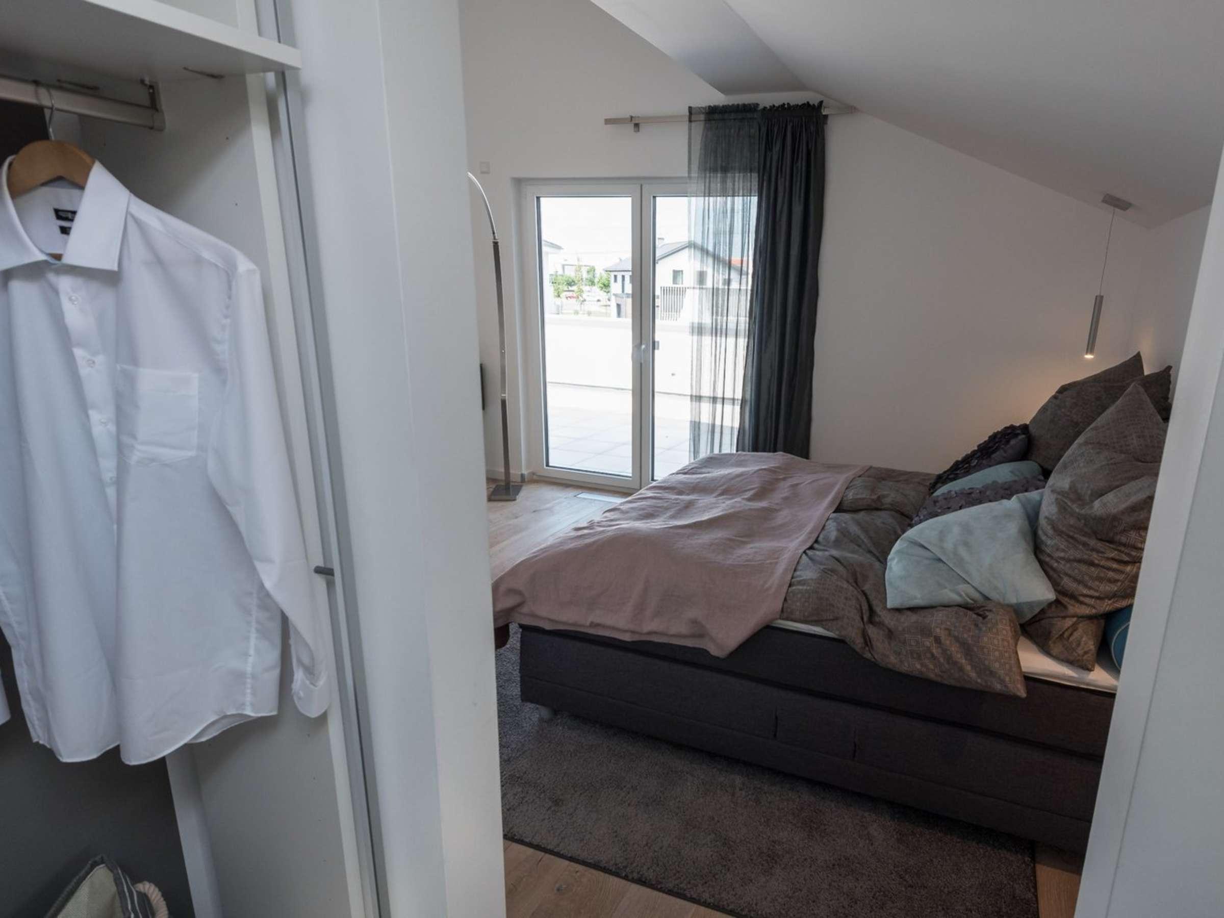 Blick Vom Bett Auf Tur Und Fenster Ermoglichen Wohnen
