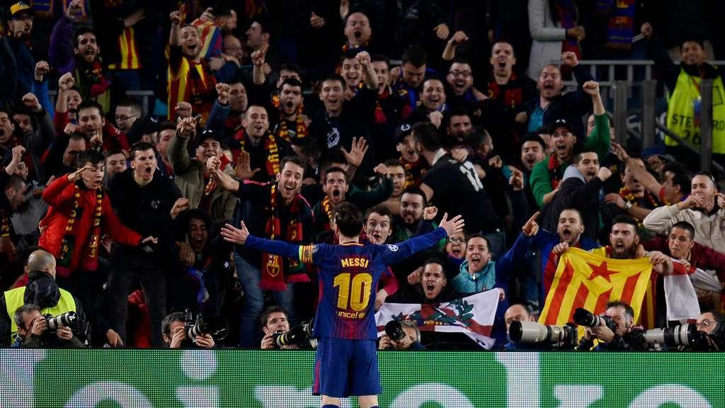 El Rey  König Messi und seine Untertanen. Hier nach dem Tor zum 3  c43a998d0d5