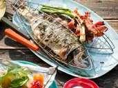 Gegrilde vis is een klassieker uit het Middellandse Zeegebied.  Combineer het bijvoorbeeld met een frisse salade.  Foto: Manuela Rother