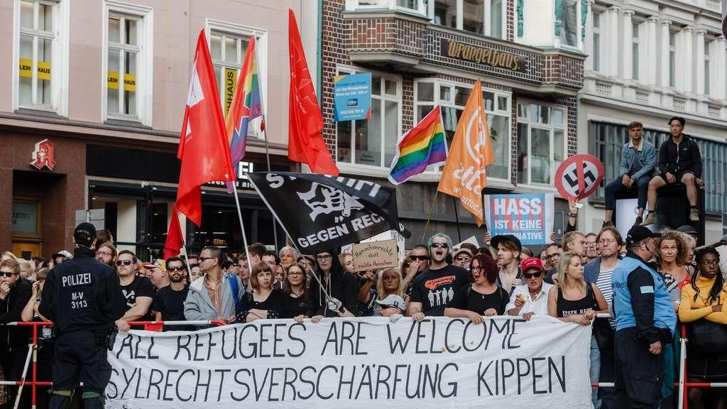 10000 Demonstrieren Gegen Merkel Muss Weg Kundgebung Politik