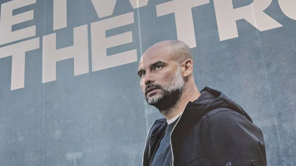 Ein riesiges Plakat zeigt in Manchester City-Trainer Pep Guardiola.