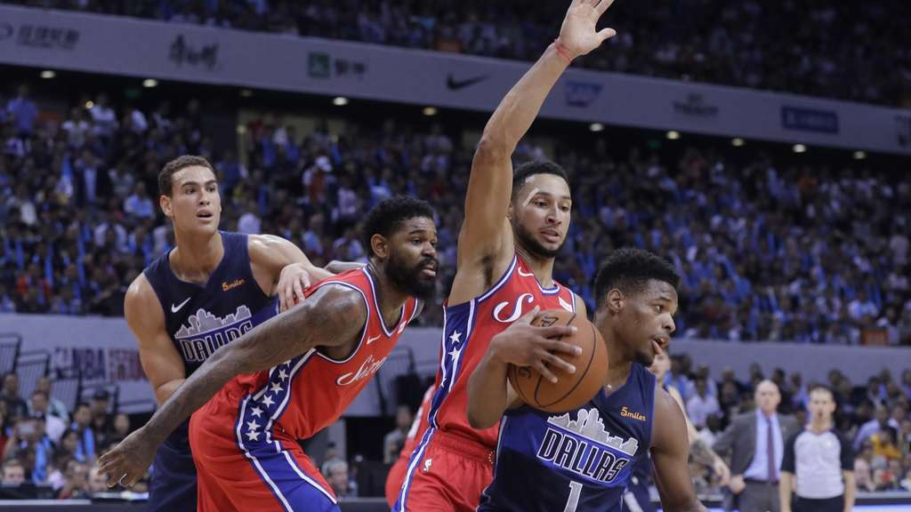 Dallas Dennis Smith Jr. (r) und Philadelphias Ben Simmons kämpfen um den Ball.