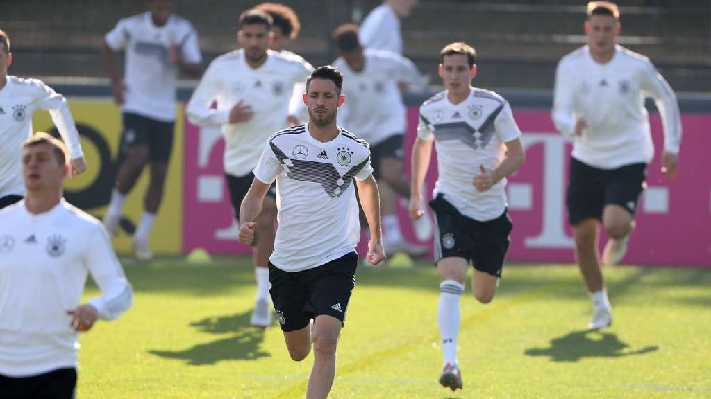 Mark Uth (M) beim Training der Nationalmannschaft in Berlin.