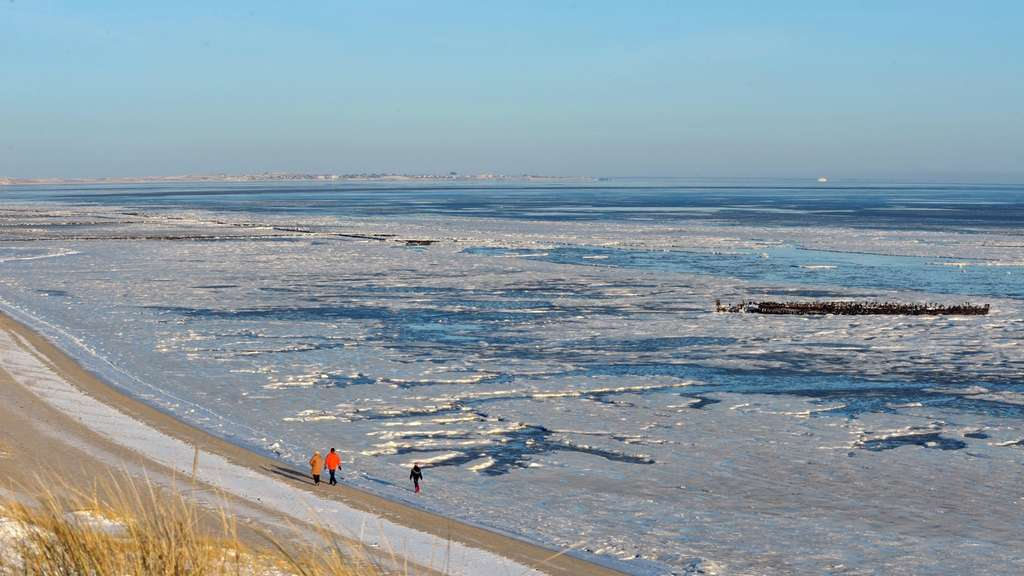 Einsamkeit am Strand: Winter am Braderuper Watt.