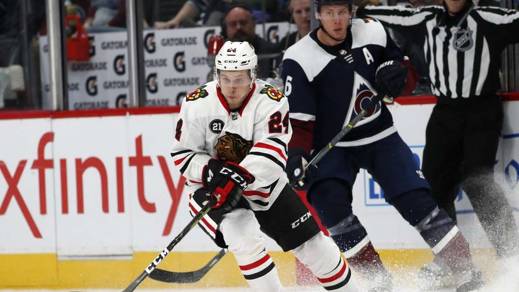 Dominik Kahun (l) hat mit den Chiacago Blackhawks Colorado Avalanche besiegt.