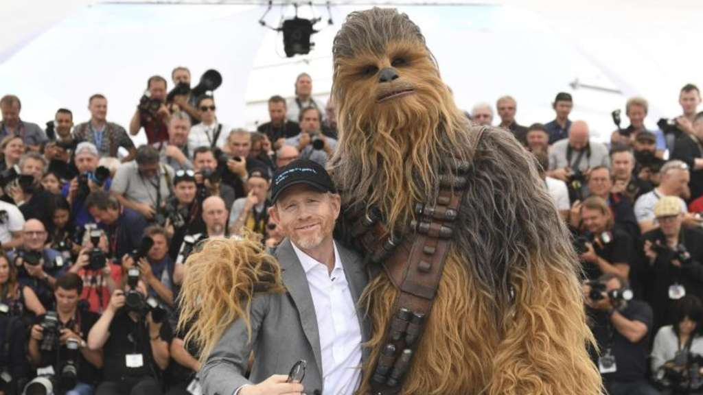 "Ron Howard stellt mit Chewbacca seinen Film ""Solo: A Star Wars Story"" in Cannes vor. Foto: Vianney Le Caer/Invision/AP"
