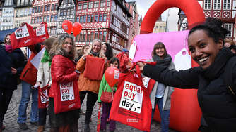 Rotes Sofa am Equal Pay Day in Frankfurt