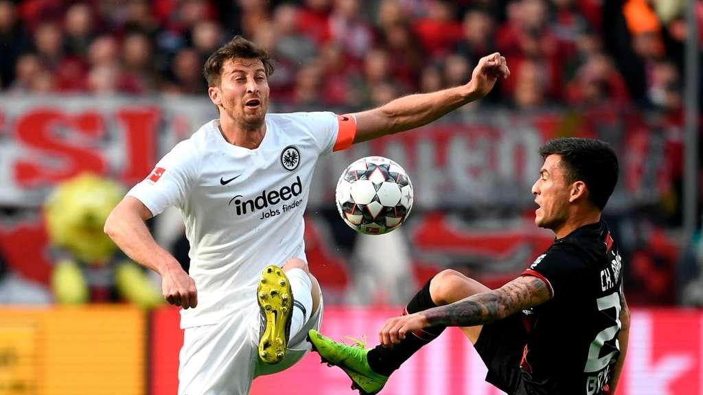 645907c5f Außer Form: Eintracht-Kapitän David Abraham (links) gegen den Leverkusener  Charles Aranguiz