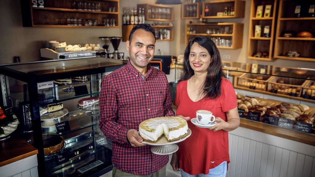 Das Pächterpaar des Café Wilhelmshöhe, Mona Kaur und Jaswinder Singh, in der Wilhelmshöher Straße 160.