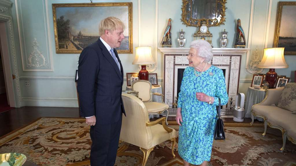 Queen Elizabeth II. und Boris Johnson.