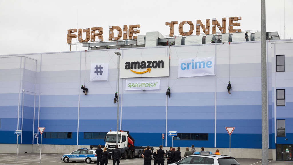 Greenpeace-Aktion am Gebäude von Amazon in Winsen.