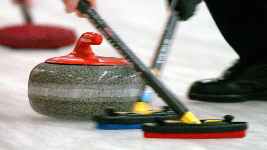 Curling: Der Henkelstein in Aktion.