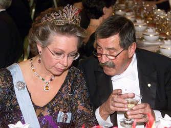 """In seiner Tischrede 1999 hob Günter Grass, hier mit Prinzessin Christina von Schweden, seine """"Kollegialität und Bereitschaft zum Zuhören"""" hervor."""