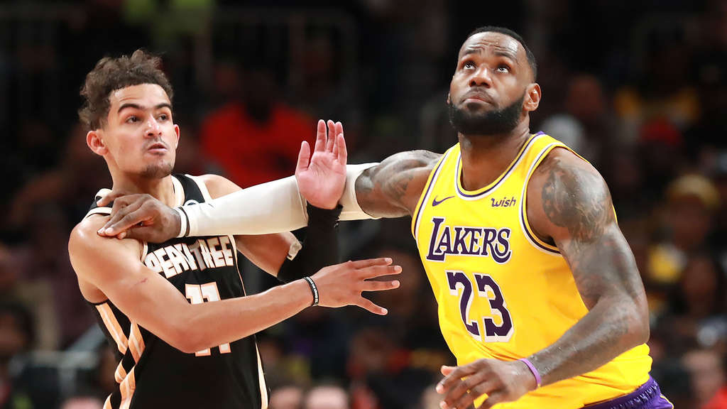 Los Angeles Lakers Stürmer LeBron James (re.) gegen Atlanta Hawks Trae Young.