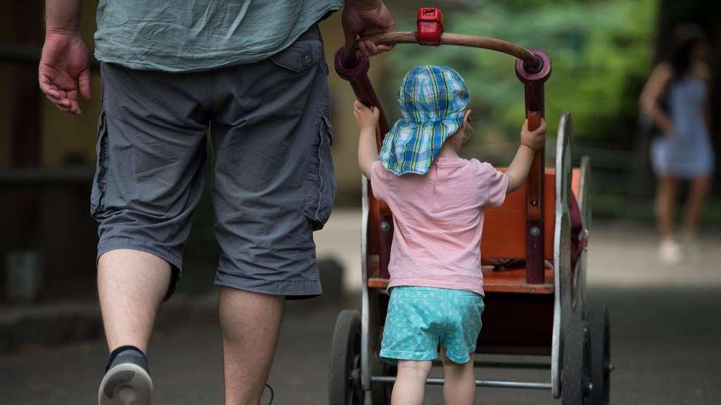 In Deutschland geht nicht einmal die Hälfte der Väter in Elternzeit.