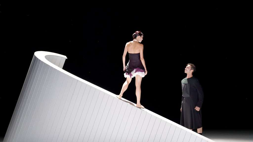 "Agnes Su und Jason Reilly in ""Out of Breath"""