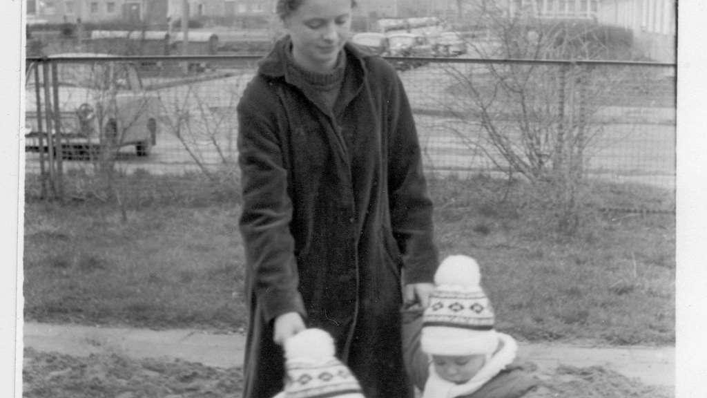 Annette Herzog 1983 als junge Mutter in Greifswald, wo sie ihr Diplom als Dänisch-Dolmetscherin ablegte. privat