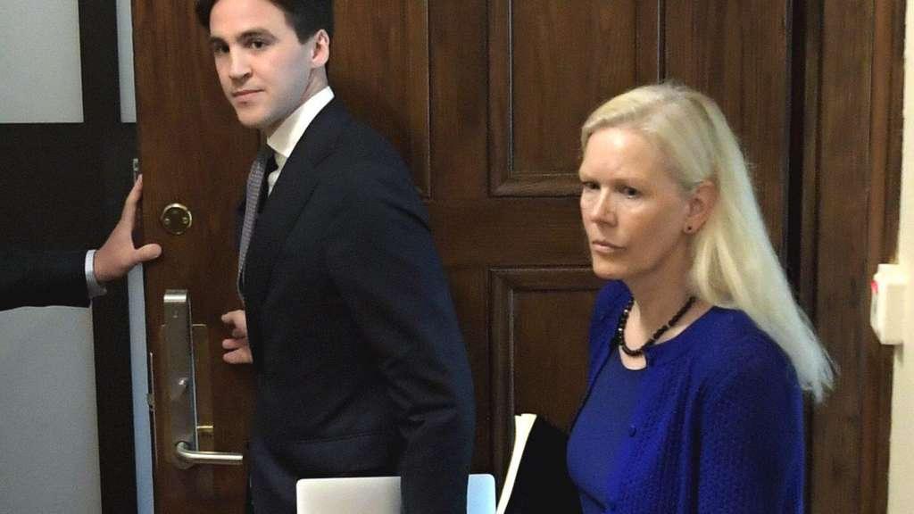 Anna Lindstedt betritt das Gericht in Stockholm.
