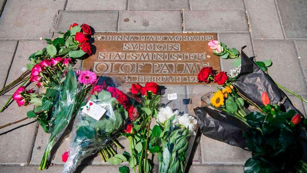 Am Mittwoch legten Menschen Blumen am Tatort nieder.