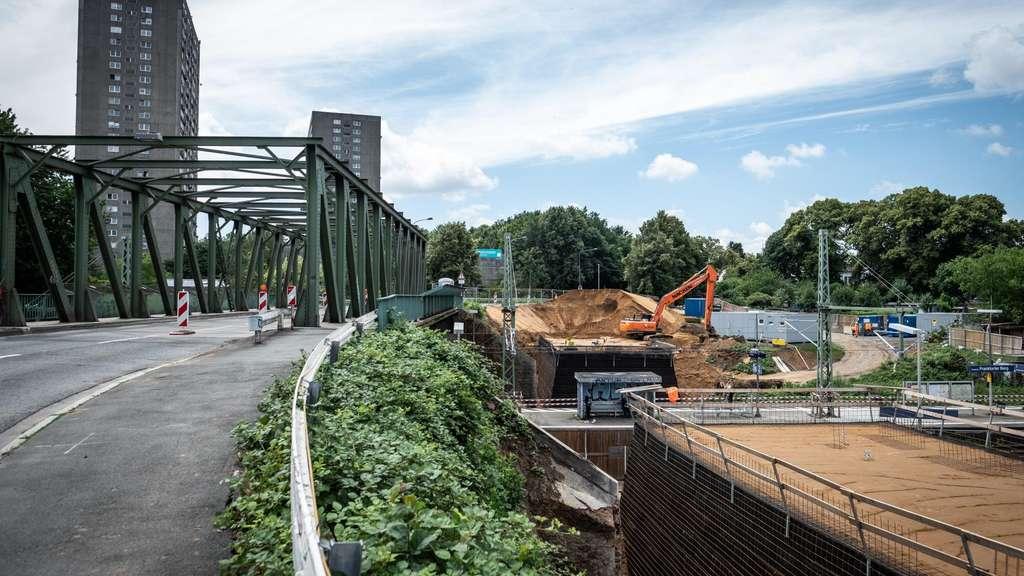 Rechts laufen die Arbeiten zur Gleiserweiterung, links wird die Brücke ab Montag gesperrt.