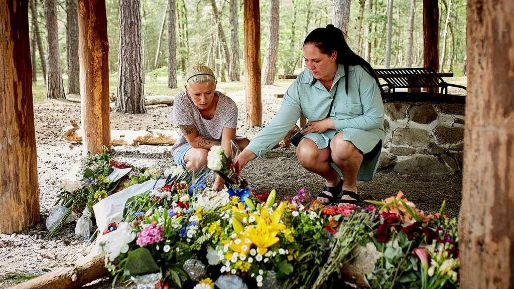 Zwei frühere Schulfreundinnen des 28-Jährigen Mordopfers legen Blumen am Tatort auf Bornholm ab.