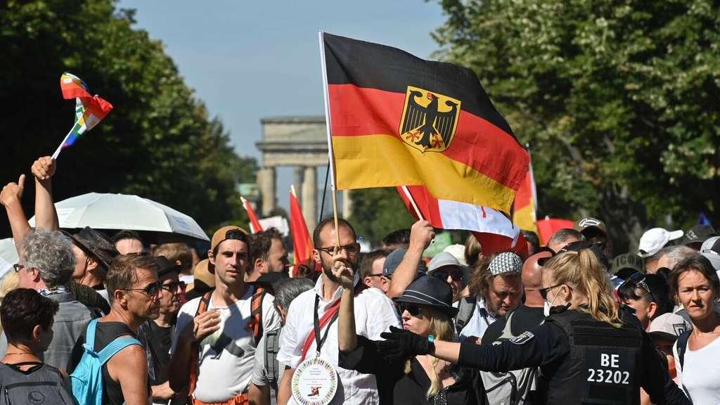 Corona-Demo in Berlin: ZDF-Journalistin Dunja Hayali wird bedrängt ...