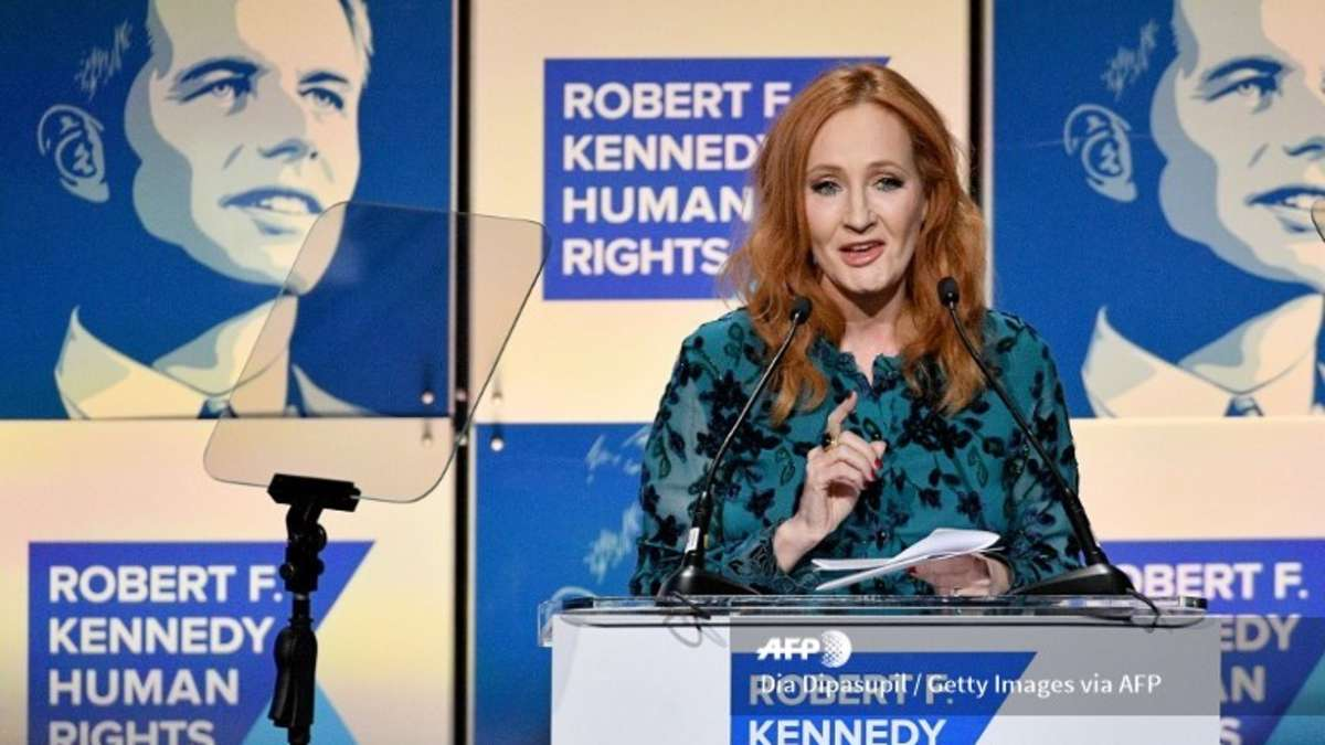 J. K. Rowling: Fans verbrennen Bücher wegen Transphobie-Vorwürfen
