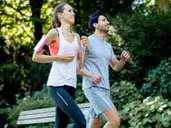 Regelmäßiges Joggen an der frischen Luft hält Sie fit und beugt Erkältungen vor. Foto: Christin Klose / dpa-tmn