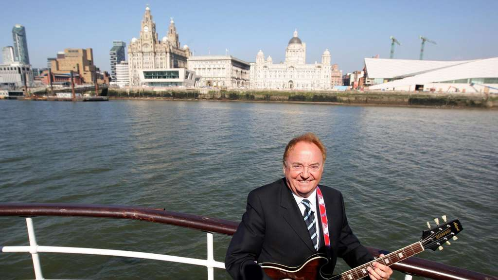 "Gerry Marsden an Bord der Mersey-Fähre. Marsden, der als Sänger der Band Gerry And The Pacemakers (""Ferry Cross the Mersey"") in den 60er Jahren berühmt wurde, ist tot."