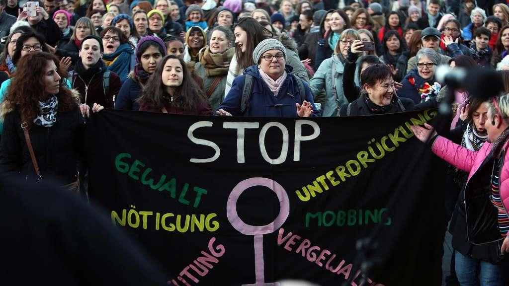 Aktivist:innen gehen gegen Gewalt an Frauen auf die Straße. christoph boeckheler