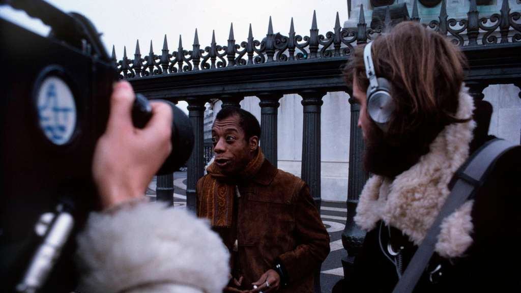 """Meeting the Man. James Baldwin in Paris"": Der Schriftsteller Baldwin, bedrängt von dem Filmteam. Foto: Mubi"