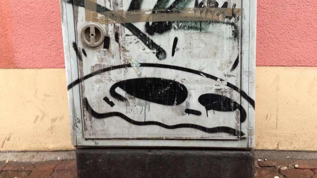City Ghost mit Buchstaben auf einem Stromkasten.