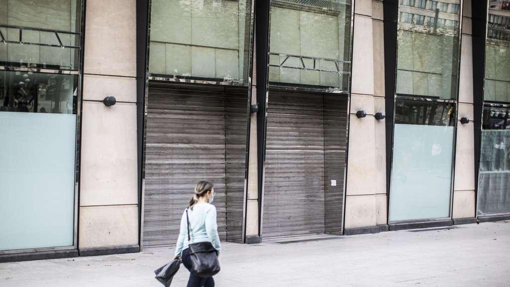 Hier an der Konstablerwache hatte jahrelang Zara einen Laden. Einen Nachmieter gibt es bislang nicht. Auch die Nachbarläden sind leer.