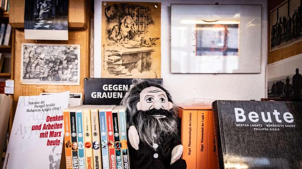 Der Namensgeber als Handpuppe im Bücherregal.